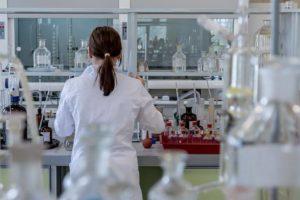 女性が化学の実験をする写真
