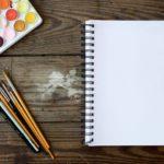 絵の具とノートの写真